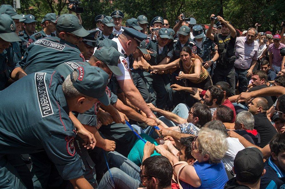 Полицейские расчистили проспект Баграмяна