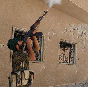 Курдские бойцы из Отряда Народной Самообороны (YPG) обстреливают дрон, управляемый боевиками исламского государства (16 июня 2017). Ракка, Сирия