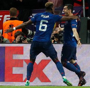 Игроки Манчестер Юнайтед Генрих Мхитарян и Поль Погба празднуют второй гол, забитый в финале Лиги Европы (24 мая 2017).