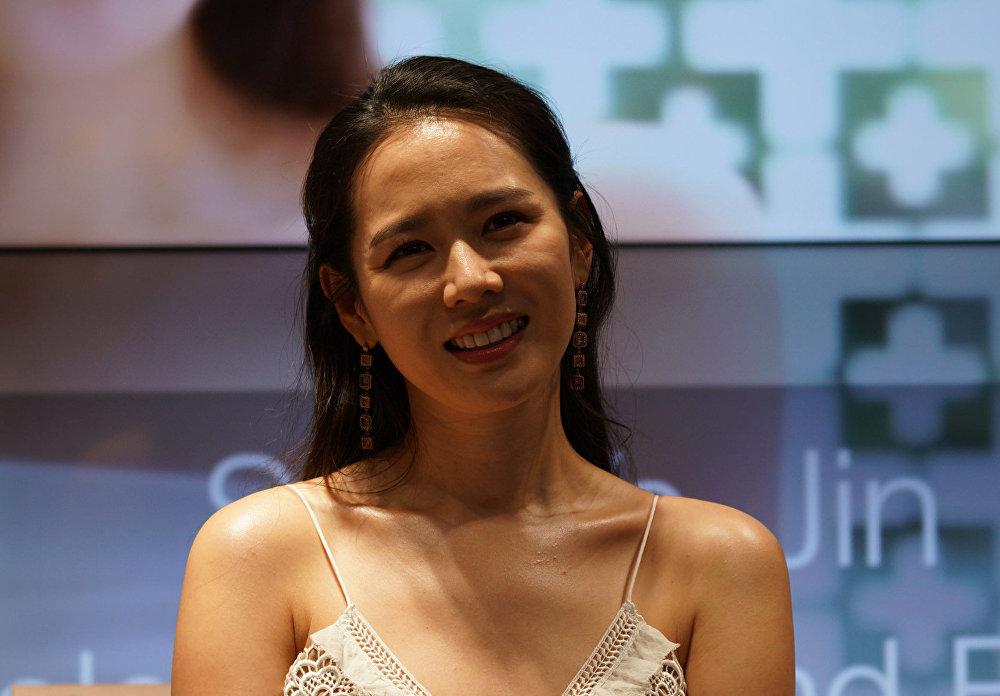 Сон Е-Чжин - южнокорейская актриса и модель. Родилась 11 января 1982 года в Тэгу, Южная Корея. Дебютировала в фильме Secret Tears (2000).