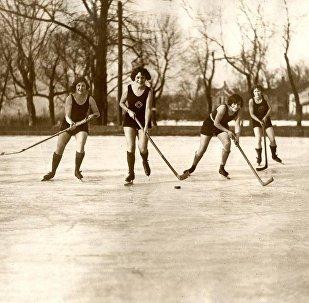 Женский хоккей на льду в купальниках. Миннеаполис, США, 1925 год. Архивное фото