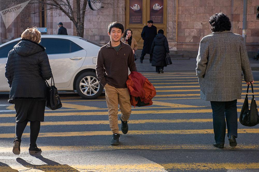 Майкл Хе. Уже 4 года учится на экономическом факультете Гарвардского университета. 2-3 года назад посетил Армению и начал здесь везти свой видео-блог. Успех был ошеломительным и Майкл решил продолжить.  - В детстве мечтал просто заниматься тем, что позволило бы много путешествовать. В будущем хочет создать бизнес, который объединит США, Китай и Армению.