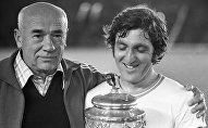 Тренер команды Арарат (Ереван) Виктор Маслов и капитан команды Аркадий Андриасян с завоеванным Кубком СССР по футболу.