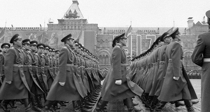 Военнослужащие идут в строю на военном параде