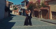 Кадр из клипа Андре и Нини Шермандини В стране цветов