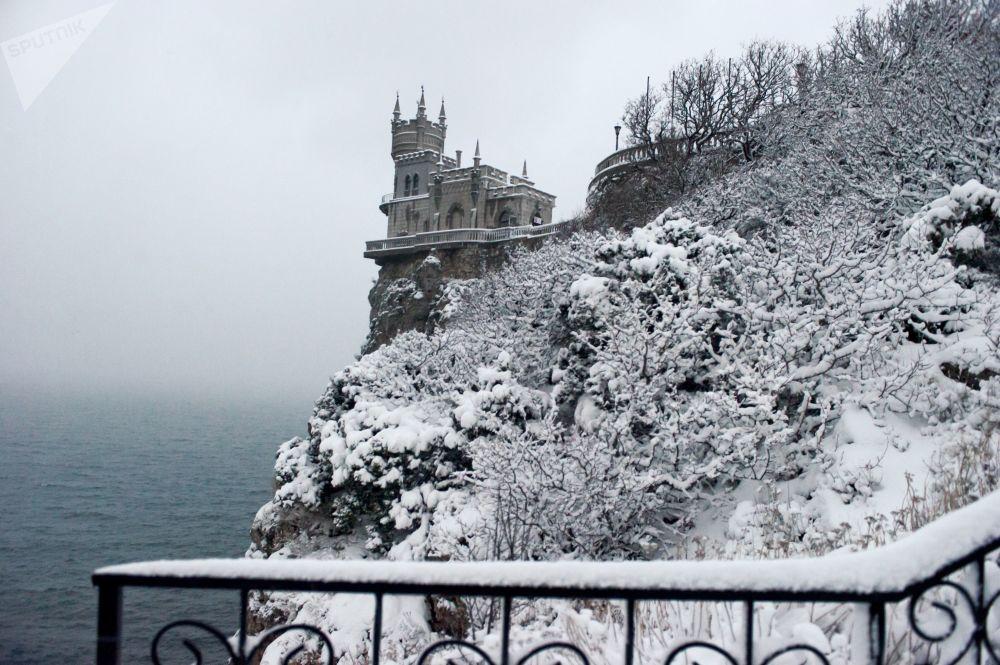 Замок Ласточкино гнездо - памятник архитектуры и истории, расположенный на отвесной 40-метровой Аврориной скале мыса Ай-Тодор в поселке Гаспра.