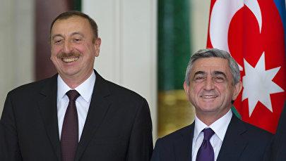 Президенты Армении и Азербайджана Серж Саргсян и Ильхам Алиев во время совместного фотографирования участников неформального саммита СНГ (20 декабря 2011). Москва, Россия