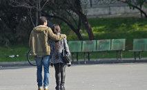 Молодая пара гуляет по городу