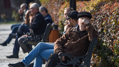 Пожилые люди тоже наслаждаются выходными, греются под ярким осенним солнцем