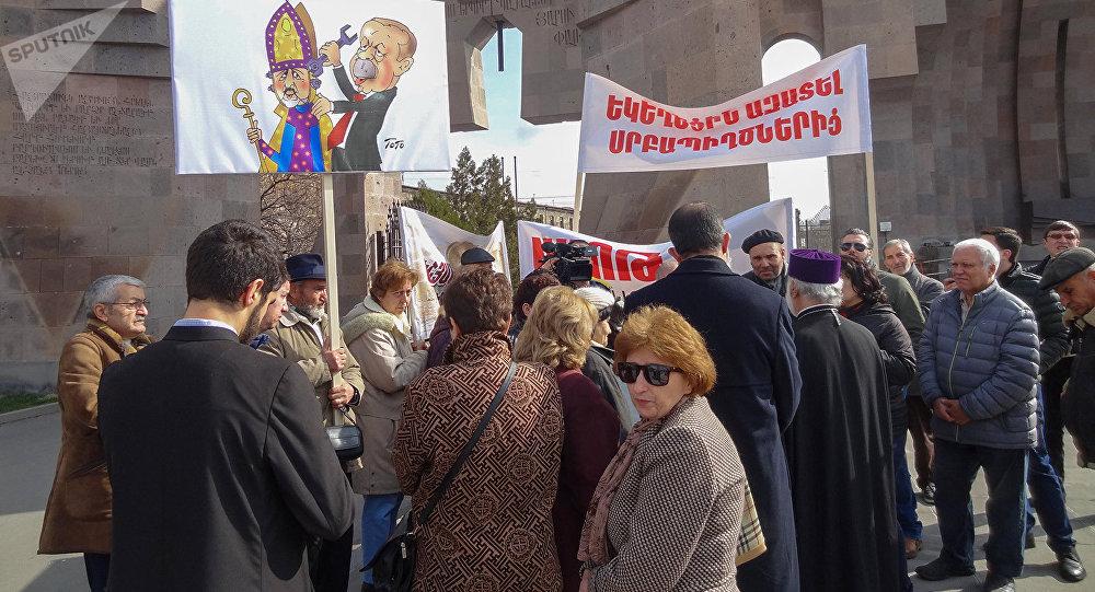 С Атешяном борются в Армении: общественники устроили акцию протеста в Эчмиадзине