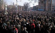 Сторонники кандидата в президенты Левона Тер-Петросяна на площади А.Мясникяна (1 марта 2008). Ереван, Армения