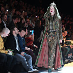 Модель демонстрирует одежду из коллекций, представленных Kazakhstan Fashion Week в рамках Mercedes-Benz Fashion Week Russia.