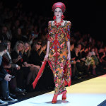 Модель демонстрирует одежду из новой коллекции дизайнера Вячеслава Зайцева в рамках Mercedes-Benz Fashion Week Russia.