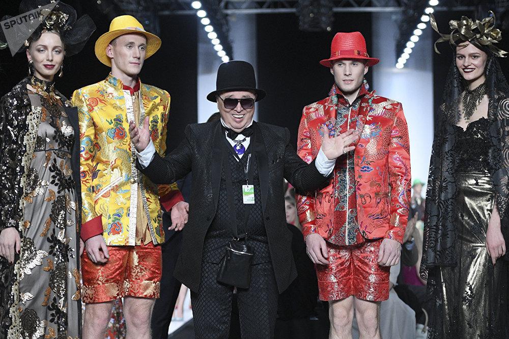 Модельер Вячеслав Зайцев на показе своей новой коллекции одежды в рамках Mercedes-Benz Fashion Week Russia.