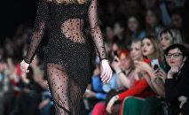 Модель демонстрирует одежду из новой коллекции дизайнера Динары Сатжан в рамках Mercedes-Benz Fashion Week Russi. День первый