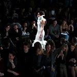Модель демонстрирует одежду из новой коллекции дизайнера Динары Сатжан в рамках Mercedes-Benz Fashion Week Russia.