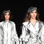 Модели демонстрируют одежду из новой коллекции дизайнера Наиля Байкучукова в рамках Mercedes-Benz Fashion Week Russia.