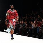 Модель демонстрирует одежду дизайнера MAXHOSA BY LADUMA во время показа коллекции одежды Africa Explosion - мода и дизайн Южной Африки в рамках Mercedes-Benz Fashion Week Russia