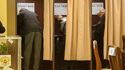 Избиратели в кабинах для голосования на участке No8026, Ереван