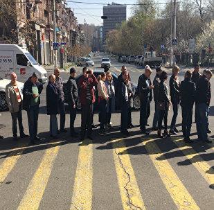 Перед избирательным участком в посольстве России в Ереване выстроилась огромная очередь
