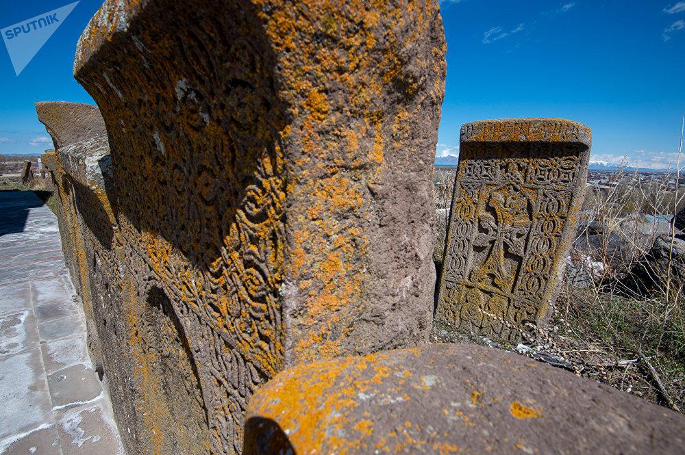 Хачкары и надгробные плиты в селе Неркин Геташен