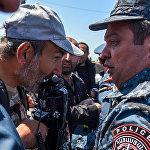 Лидер оппозиционной фракции Елк Никол Пашинян на мосту Победа (16 апреля 2018). Ереван