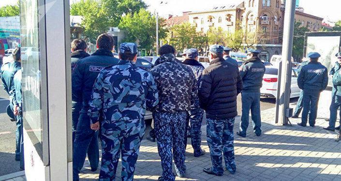 Полицейские на улице Абовян (17 апреля 2018). Ереван