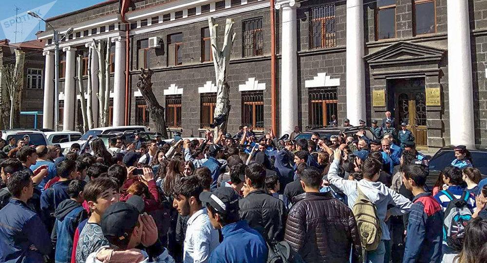 Студенты и школьники вышли на демонстрацию в Гюмри