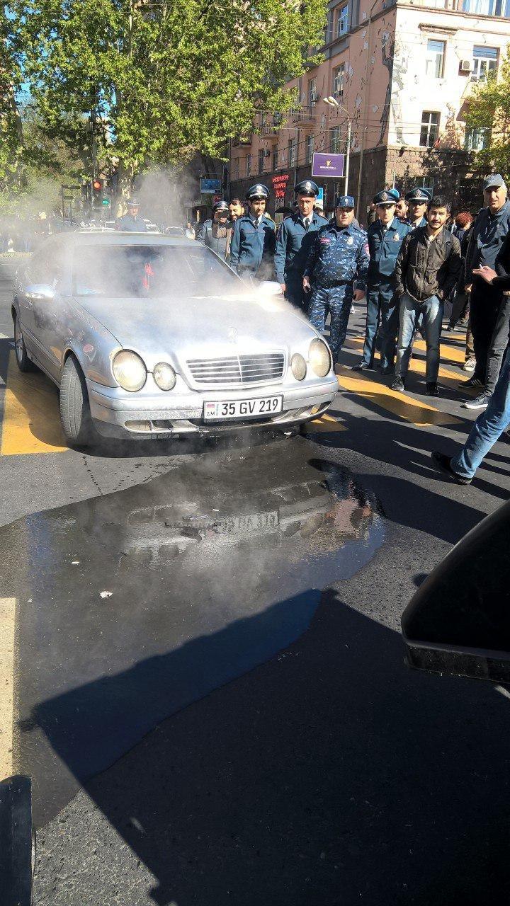Машина задымилась на перекрестке Амирян-Проспект