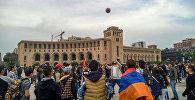Протестующие на площади Республики играют в мяч перед началом митинга (20 апреля 2018). Ереван