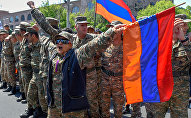 Протестующие в военной форме присоединились к шествию студентов (23 апреля 2018). Ереван