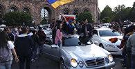 Армяне гуляют по центральным улицам Еревана после отставки премьер-министра Сержа Саргсяна