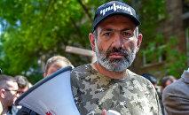 Лидер оппозиционной фракции Елк Никол Пашинян на шпествии в Цицернакаберд (24 апреля 2018). Ереван