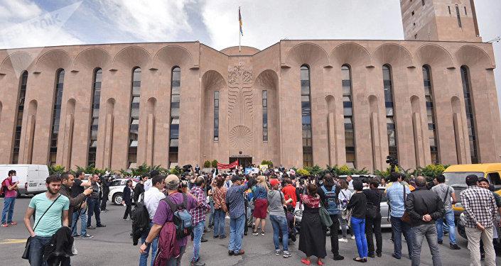 Протестующие перекрыли центральные улицы столицы Армении