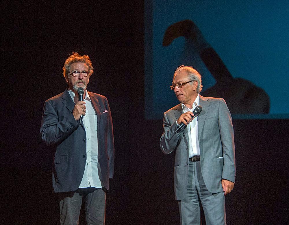 Председатель жюри кинофестиваля Золотой абрикос Робер Гедигян и ведущий церемонии открытия Серж Аведикян