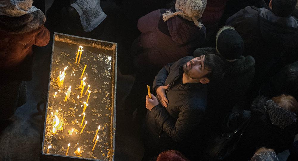 Верующий зажег свечу