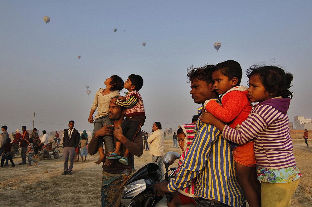 Жители Лакхнау смотрят как воздушные шары взлетают в небо
