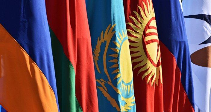 Государственные флаги на контрольно-пропускном пункте Ак-Жол на границе Киргизии и Казахстана.
