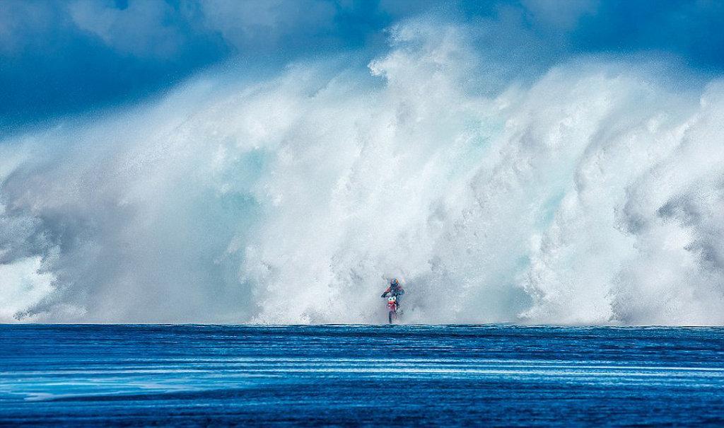 Экстремал в Таити ловит чудовищную волну на мотоцикле