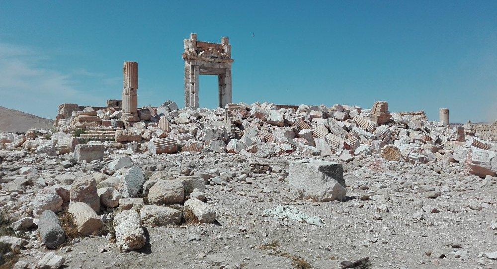 Пальмира, Сирия. Развалины величественных сооружений, принадлежащих к числу лучших образцов древнеримской архитектуры и признанных ЮНЕСКО памятником Всемирного наследия.