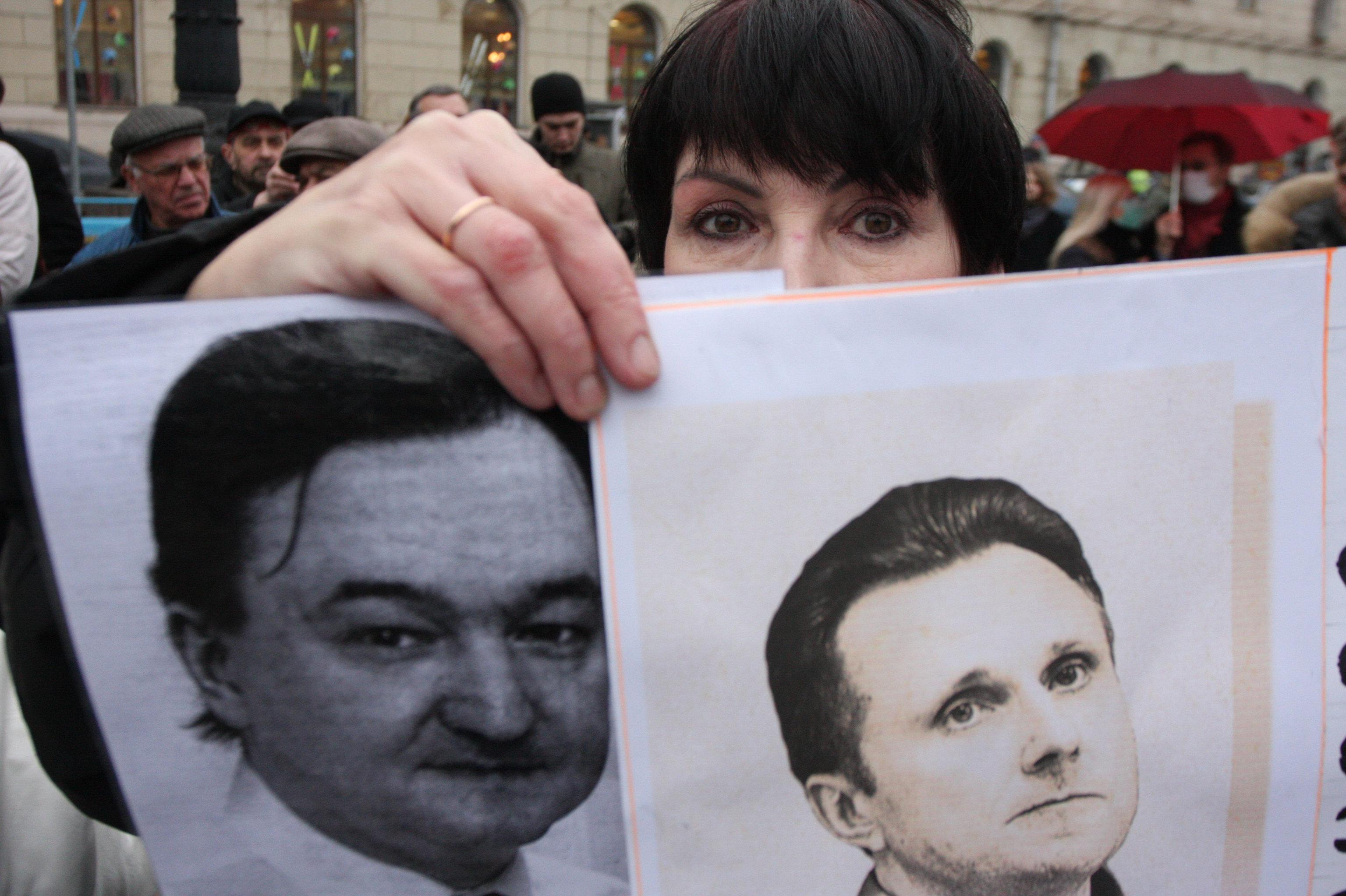 Участница митинга за реформу правоохранительных органов. На фотографиях Сергей Магнитский и Алексей Пичугин
