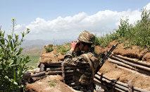 Военнослужащий армянской армии на боевой позиции
