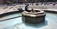 Женщина забралась в фонтан на площади Республики
