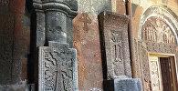 Хачкары у входа в комплекс Ованаванк
