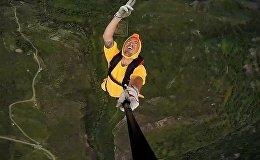 Около 60 бейсджамперов совершили прыжки с самой длинной в мире реверсивной Татевской канатной дороги в Армении
