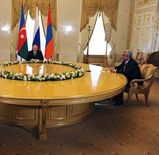Президент России Владимир Путин (в центре), президент Азербайджана Ильхам Алиев (слева) и президент Армении Серж Саргсян (справа)