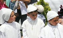 Армянские дети в одежде Папы Римского в ожидании понтифика. Гюмри