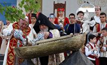 Папа Римский Франциск получил в дар миниатюру Ноева-Ковчега с землей из разных уголков мира, куда оказались заброшены армяне после геноцида.
