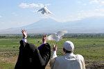 Папа Римский выпустил белых голубей на армяно-турецкой границе