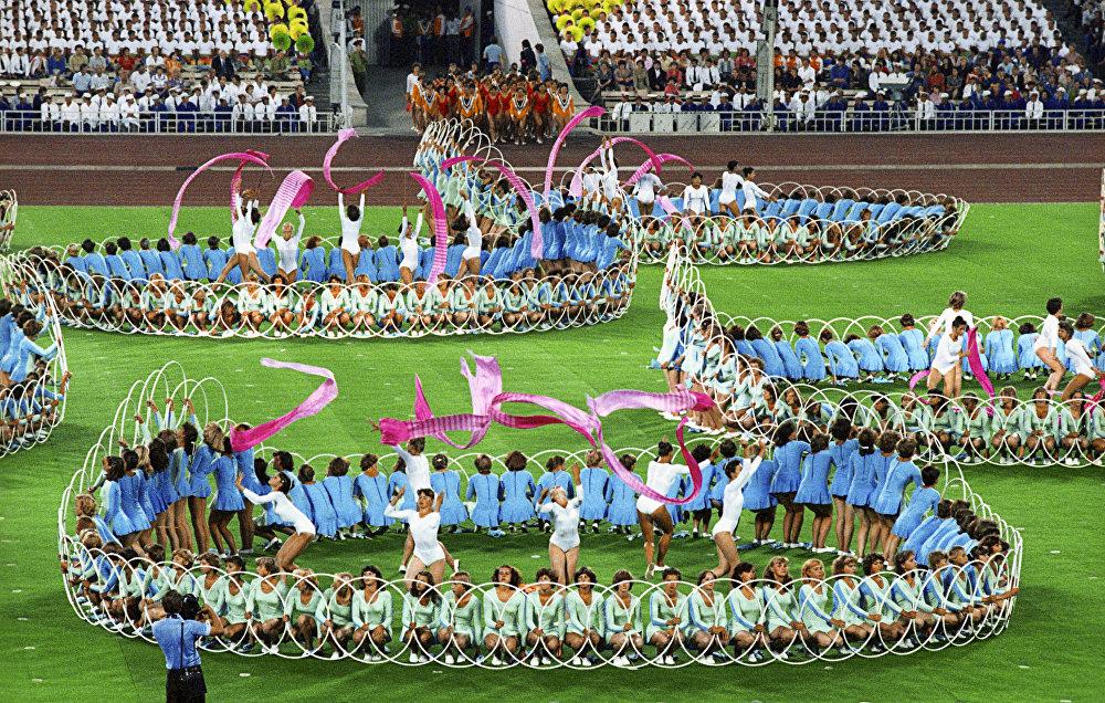 Выступление спортсменов на торжественной церемонии закрытия XXII Олимпийских игр на Центральном стадионе имени Владимира Ильича Ленина в Лужниках.